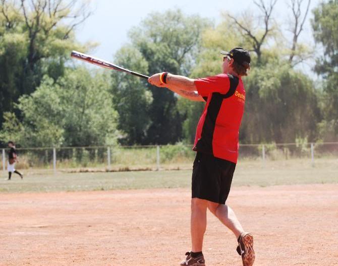 Baseball Training ein paar Fungo Fly Balls schlagen