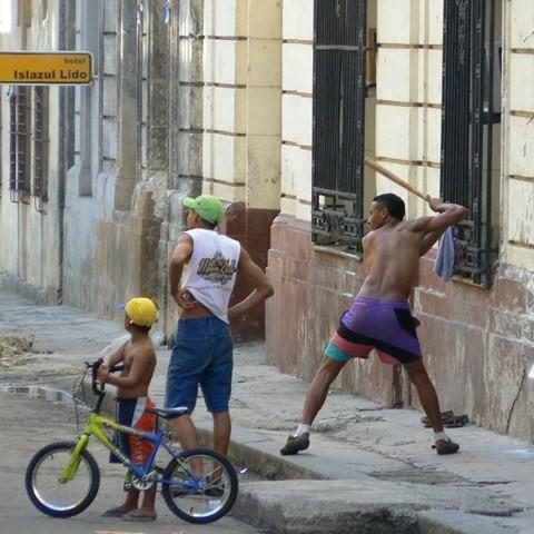Street Baseball auf Kuba